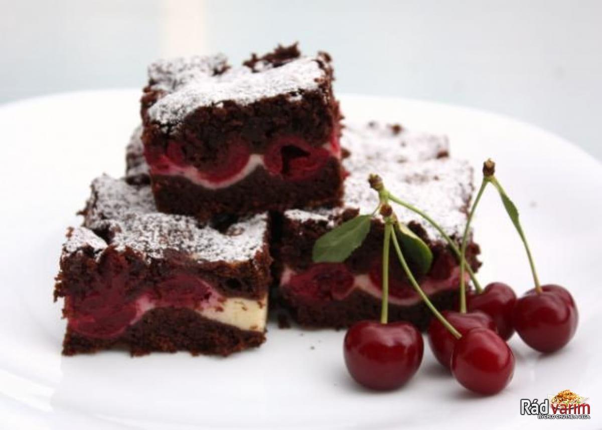 Čerešňový koláč s čokoládou a syrom