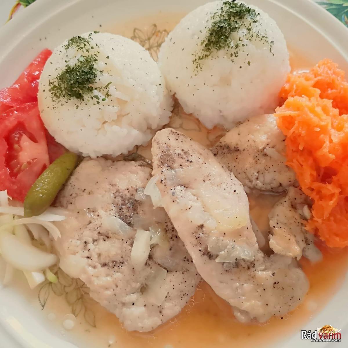 Kuracie prsia na prírodno, ryža a mrkvový šalát
