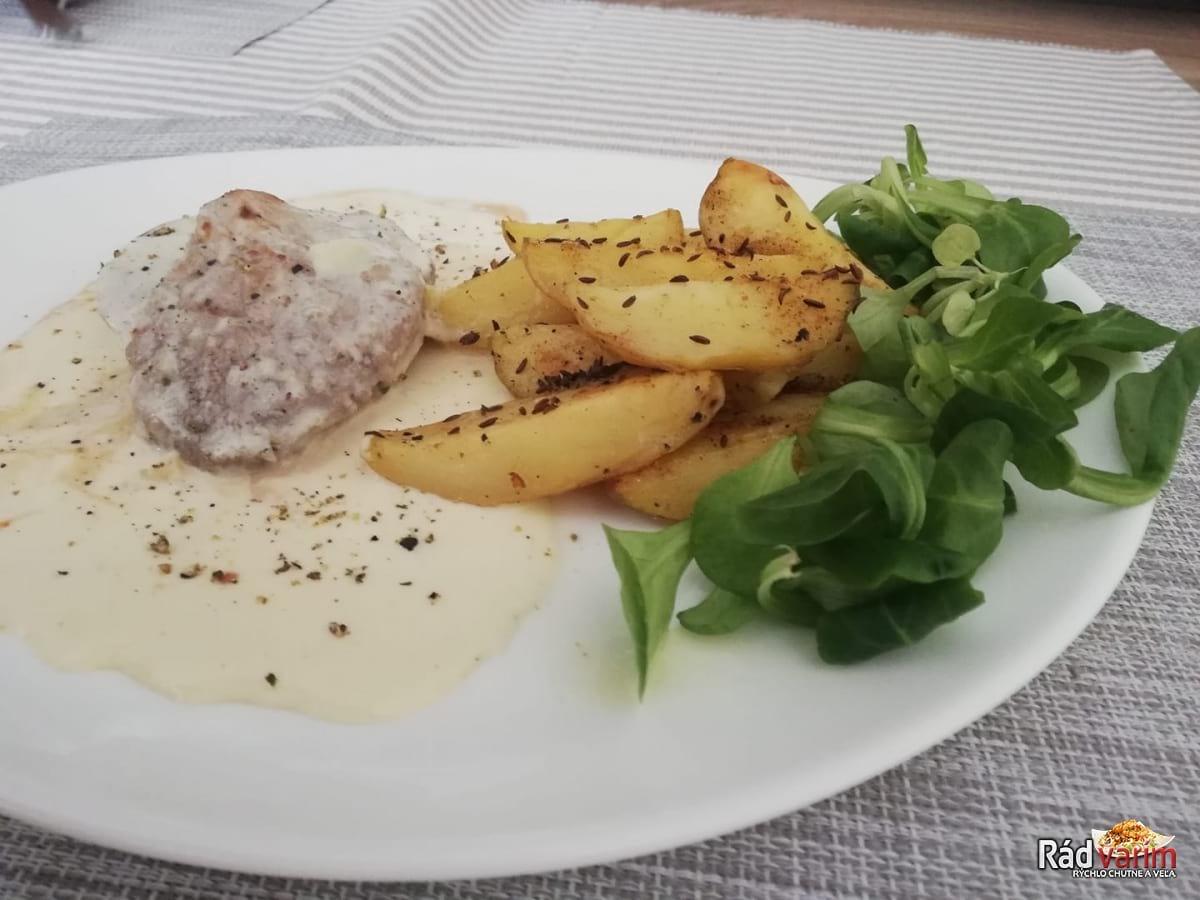 Teľací steak so syrovou omáčkou a opekané zemiaky