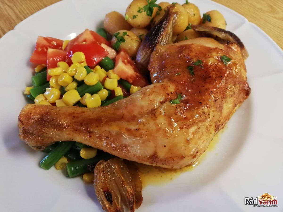 Pečené kuracie stehná so zeleninou a zemiakmi