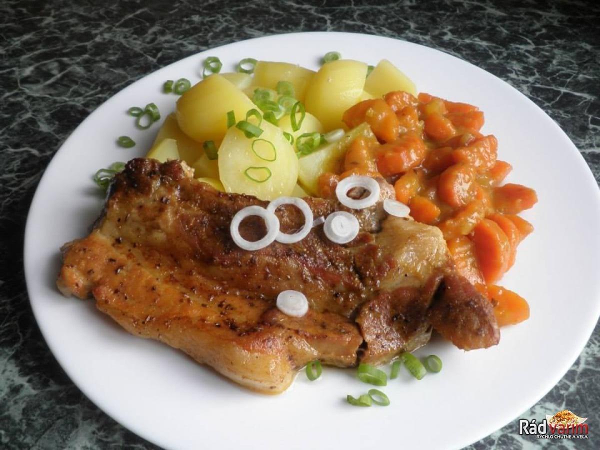 Pečený bôčik s dusenou mrkvou
