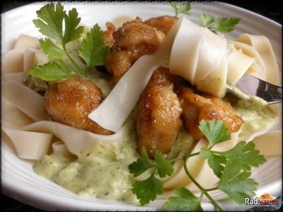 Kuracie kúsky s brokolicovo-smotanovou omáčkou a domácimi širokými rezancami