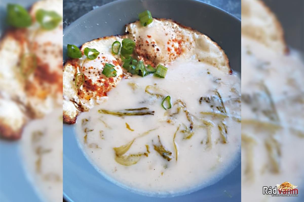 Šalátová polievka s vajíčkom