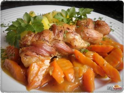 Pečený cop z bravčového bôčika, dusenou kari mrkvou a zemiakmi