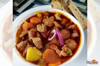 Gulášová polievka s bravčovým mäsom, slaninou a párkom