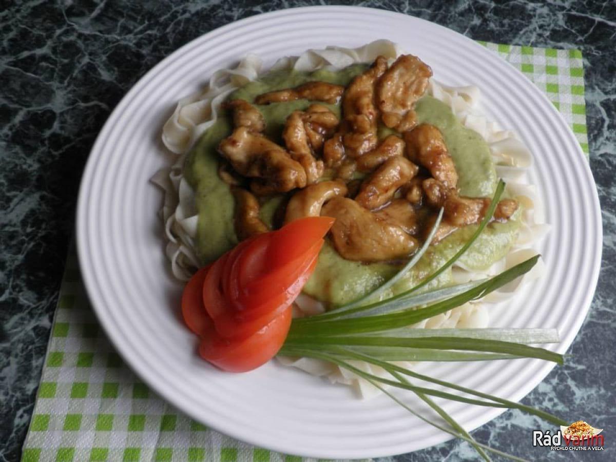 Domáce cestoviny s brokolicovou omáčkou a kuracím mäsom