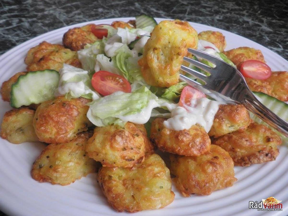 Zemiakovo syrové smažienky so zeleninovým šalátom