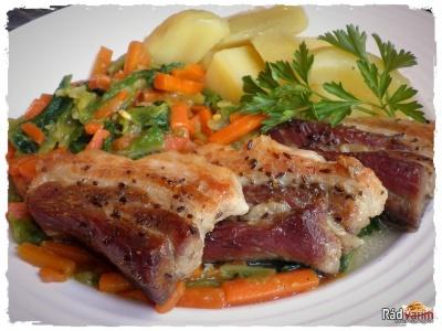 Pečený bôčik s dusenou mrkvou a kelom