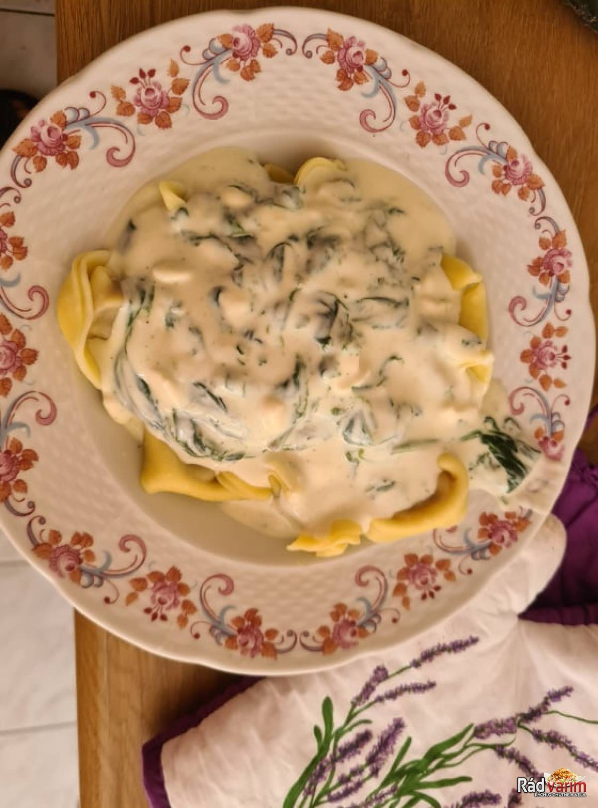 Tortellini so syrovo-špenátovou omáčkou.