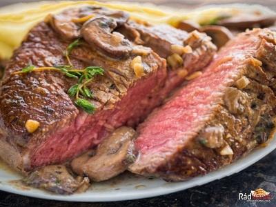 Hovädzí steak na červenom víne s hubami