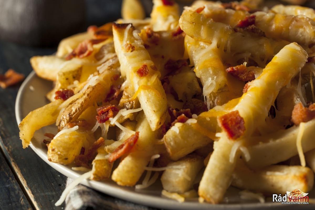 Chrumkavé hranolky so syrom a slaninkou